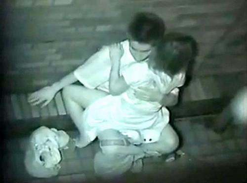 【 盗撮動画 】夜遅くに野外SEXするギャルカップルを上から覗き見⇒赤外線盗撮!!!