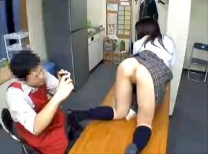 【 閲覧注意 】コンビニ店長が逮捕された問題映像…※防犯カメラ映像