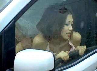 【 盗撮動画 】昼間から駐車場でカーセックスする素人バカップルを覗き見盗撮したったwwwww
