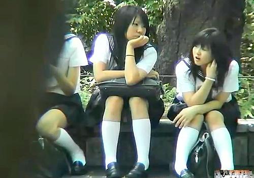 【 盗撮動画 】公園で友達とお喋りする制服JKを狙い望遠カメラでパンチラ盗撮wwwww