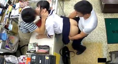 【 盗撮動画 】本屋でシャッター閉めてJKを媚薬レイプ盗撮した衝撃映像!!!※閲覧注意
