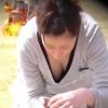 【 盗撮動画 】昼下がり公園で無防備な育児ママの胸チラパンチラ盗撮したったwwwww