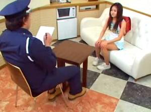 【 盗撮動画 】ロリコン警備員が迷子のランド●ル少女に悪戯レイプした問題映像!!!※閲覧注意