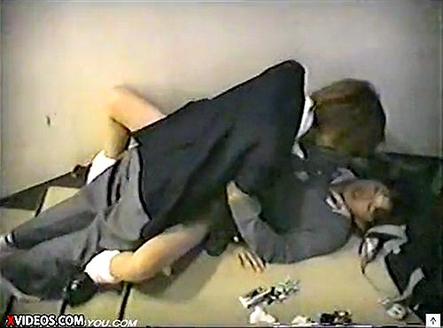 【 盗撮動画 】 放課後の学校の階段でSEXする学生カップルを上から盗撮したったwwwww