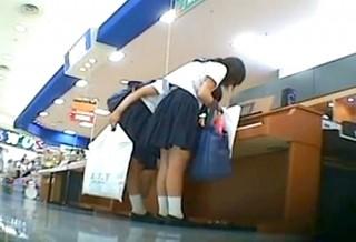 【 盗撮動画 】ピアノを弾いて遊ぶ制服JKを狙い逆さ撮りパンチラ盗撮!!!※食い込み純白パンツGET