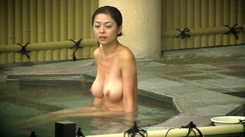 【 盗撮動画 】見られてますよwww露天風呂に入浴する巨乳美熟女を完全盗撮!!!