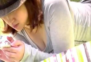 【 盗撮動画 】昼下がり公園で育児ママさんの巨乳を狙い胸チラ盗撮したリアル映像wwwww