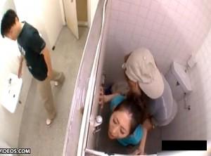 【 盗撮動画 】公衆便所の個室でバレバレ大胆SEXする男女を天井から覗き見盗撮wwwww