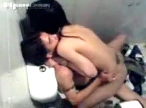 【閲覧注意】マジかよ…台湾のクラブトイレで●●●する衝撃映像!!!