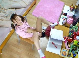 【 盗撮動画 】宿題しないで勉強机でオナニーするロ●ータ妹の痴態を一部始終盗撮wwwww