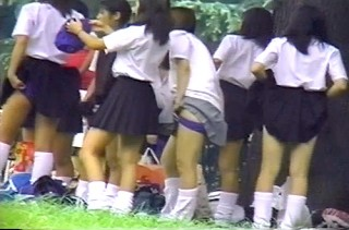 【 盗撮動画 】チアガール部JKの公園で大胆な集団着替えを望遠盗撮したったwwwww