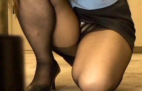 【盗撮動画】社内掃除するタイトスカートOLを狙い死角からパンチラ盗撮したったwwwww