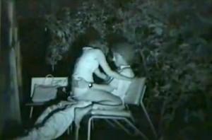 【 盗撮動画 】深夜の公園ベンチは素人カップルの野外SEXスポットだったwww※赤外線盗撮カメラ