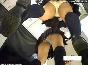 【 盗撮動画 】ゲーセン店員が仕事サボッてプリクラで遊ぶJKを逆さ撮りパンチラ盗撮映像wwwww
