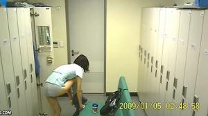 【 盗撮動画 】製造会社の女子更衣室で作業着に着替える女性たちを完全盗撮!!!※社長の盗撮流出