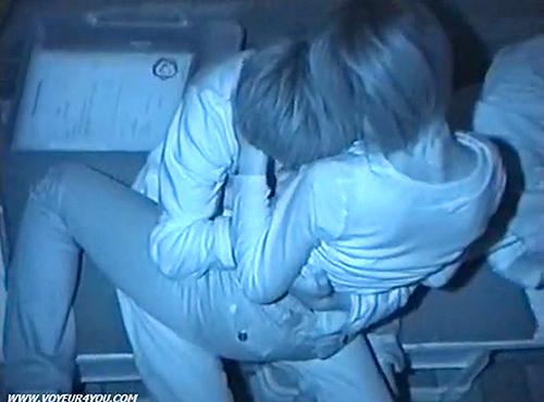 【盗撮動画】公園ベンチで野外SEXするバカップルの死角から赤外線盗撮したったwwwww