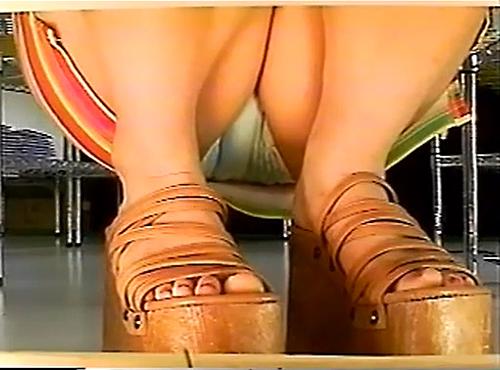 【盗撮動画】ショップ店員がスカート女性を逆さ撮りパンチラ盗撮した絶景チラリズム映像!!!