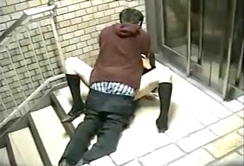 【盗撮動画】階段の踊り場で発情カップルの大胆すぎる野外SEXを盗撮したったwwwww