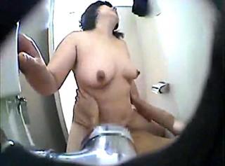 【 盗撮動画 】男子トイレ掃除するムッチリ熟女清掃員をレイプ盗撮した衝撃映像!!!※閲覧注意