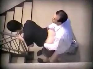 【 盗撮動画 】仕事サボッて社内階段でSEXするハゲ上司と美人部下を盗撮した激ヤバ映像!!!