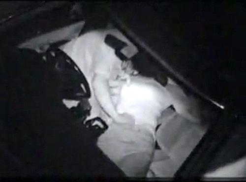 【盗撮動画】駐車場で深夜カーセックスする発情した中年カップルを赤外線カメラでご覧下さい。