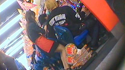 【盗撮動画】パチンコ店のコーヒーレディを狙い逆さ撮りパンチラ盗撮したガチンコ映像wwwww