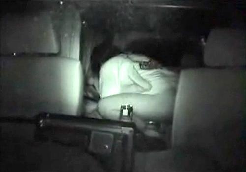 【盗撮動画】深夜の漁港でカーテンで車内を隠す黒のワンボックスカーを覗き見してみた結果…※赤外線カーセックス盗撮