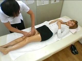 【 盗撮動画 】美脚タイトスカートOLを発情させて極楽マッサージSEX盗撮したガチンコ映像!!!