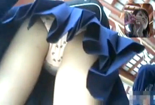 【盗撮動画】観光名所のお寺に修学旅行で来たJKを狙い逆さ撮りパンチラ盗撮した本物すぎる映像。