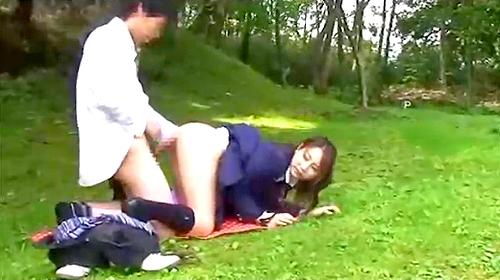 【 盗撮動画 】学校サボッて公園で白昼堂々と野外SEXする学生カップルを盗撮した青春映像wwwww