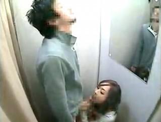 【 盗撮動画 】ドスケベ野郎が試着室でギャル店員が裾上げ中にフェラチオお願いしてみた結果…