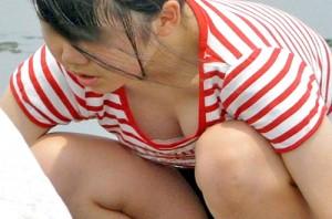 【 盗撮動画 】浜辺で遊ぶ女性たちを狙い胸チラパンチラ盗撮した画像まとめ映像wwwww