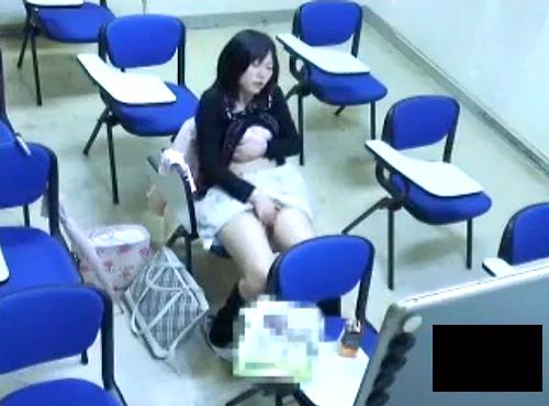 【 盗撮動画 】防犯カメラは見た!!大学の教室でオナニーする女子大生を完全盗撮wwwww