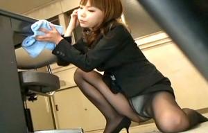 【 盗撮動画 】社内を掃除するギャルOLを狙いパンチラ盗撮www※サラリーマン勃起注意