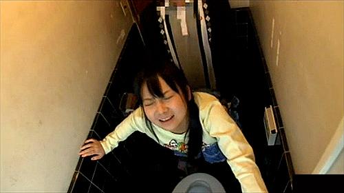 【 盗撮動画 】自宅トイレで妹を突撃レイプした家庭内ホームビデオ映像…※近親相姦閲覧注意