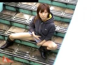 【 盗撮動画 】歩道橋の階段で我慢できずオシッコする素人娘を覗き見盗撮したガチンコ映像!!!