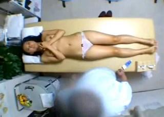【 盗撮動画 】丸ノ内にある整骨院が仕事で疲れたメガネOLを狙い性感マッサージSEXした盗撮映像!!!