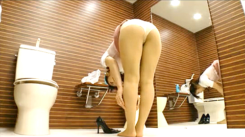 【 盗撮動画 】お手洗いでパンスト穿き替える美脚OLを盗撮したパンストマニア映像wwwww