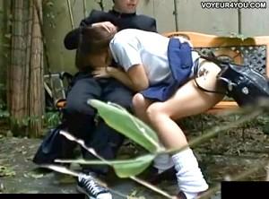 【 盗撮動画 】野外ベンチで彼氏チ○ポをフェラチオするギャルJK彼女の痴態を盗撮したガチンコ映像!!!