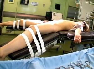 【 閲覧注意 】キチガイ医師が患者を睡眠薬で眠らせクロロホルムレイプ盗撮した問題映像!!!