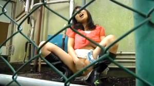 【 盗撮動画 】もう我慢出来ない…人気ない路地で野外オナニーする女の子達を覗き見盗撮したったwwwww