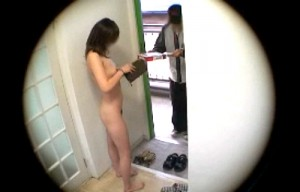 【 盗撮動画 】女性が全裸で出前の対応したらどうなるか盗撮観察してみたwww※面白AV企画