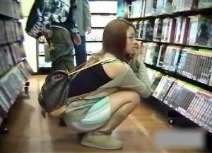 【 盗撮動画 】T●UTAYA店内でしゃがむミニスカ女性を狙い反対棚からパンチラ盗撮したったwwwww