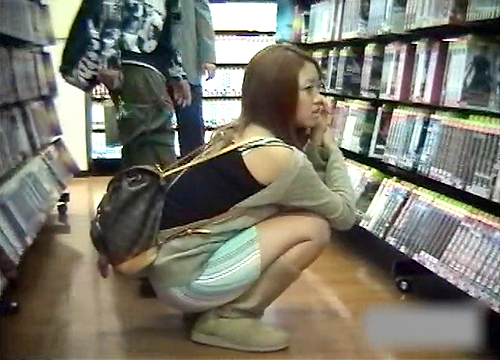 【盗撮動画】T●UTAYA店内でしゃがむミニスカ女性を狙い反対棚からパンチラ盗撮したったwwwww