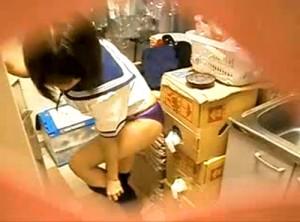 【 盗撮動画 】セーラー服に着替える巨乳バイト女子の着替えを覗き穴からリアル盗撮wwwww