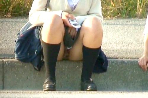 【 盗撮動画 】バス停の路肩に座るミニスカJKを狙い反対車線から望遠カメラでパンチラ盗撮!!!