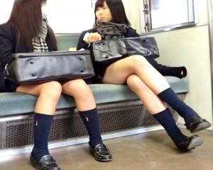 【 盗撮動画 】電車内でミニスカJKを逆さ撮りパンチラ盗撮した画像コクレション映像wwwww