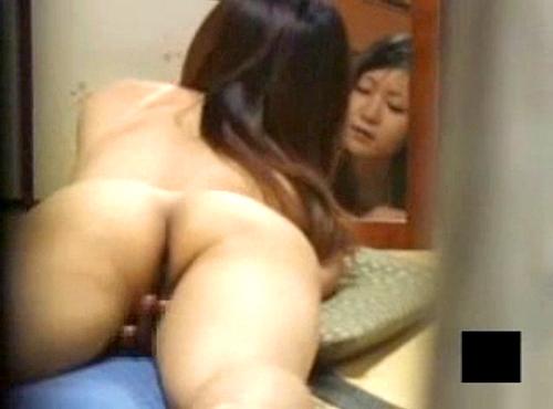 【 盗撮動画 】鏡の前でオナニーする欲求不満お姉さんの痴態をベランダから覗き見盗撮wwwww