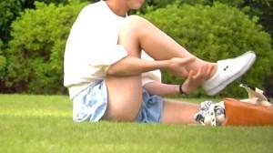 【 盗撮動画 】公園で赤ちゃんを遊ばせるママさんを狙い胸チラパンチラ盗撮したガチンコ映像!!!