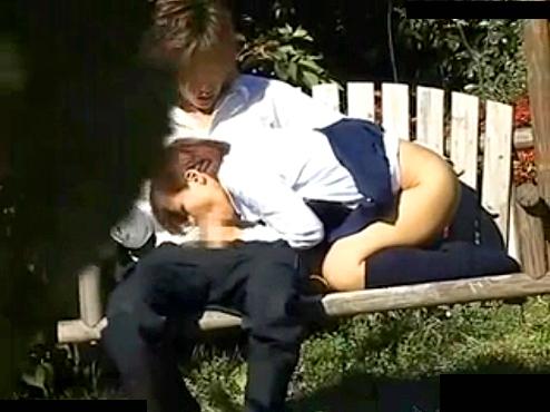【 盗撮動画 】公園で野外SEXする学生カップルを発見⇒茂みに隠れて盗撮したリアル映像!!!